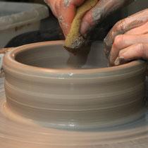 auf der Töpferscheibe wird die Form hergestellt...