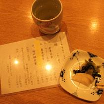 Speisekarte, grüner Tee und Tsukemono.
