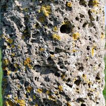 Oisemont- Gros plan sur le fût de la croix en tuf
