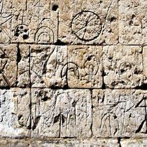 Sur les murs de l'église de Wanem