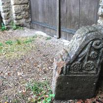 les 2 chasse-roues de la porte de l'ancien château