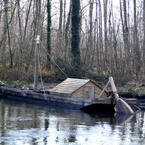 La barque gauloise a trouvé son point d'ancrage à Pont-Rémy sur les rives de la Somme, près du parc boisé du château
