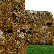 Aigneville-Hocquélus- Bras de la croix en tuf