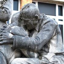 """Détail de la sculture: """"Le Pardon""""- Conservatoire de Musique-Amiens"""