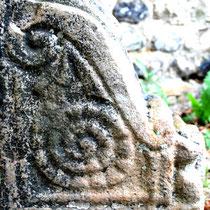 Chasse-roue de la porte de l'ancien château: profil gauche