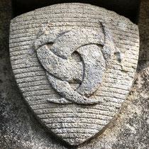 Blason sur le socle de la croix en tuf d'Estrées-les-Crécy