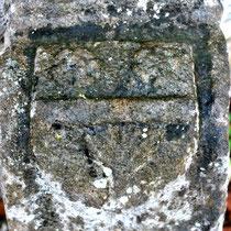 Chasse-roue de la porte de l'ancien château : le blason