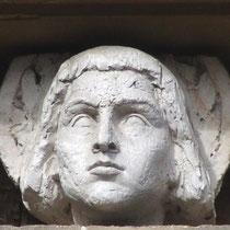 sculpture sur la maison Douillet