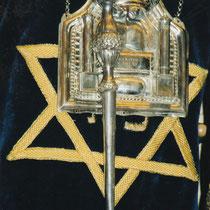 Blick in den Toraschrein in einer Synagoge