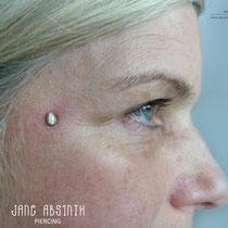 Dermal Anchor an der Wange mit Echtgold Aufsatz. Jane Absinth Piercing Düsseldorf