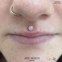 Philtrum oder Medusa Piercing mit dem 14K Gelbgold Aufsatz von Auris Jewellery