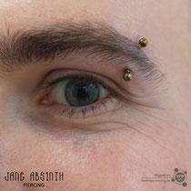 Augenbrauenpiercing mit dem Titanschmuck anodiziert Hellbronze