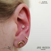 Conch Piercing mit dem 14K Gelbgold Tropfen-Aufsatz von Auris Jewellery