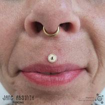 Philtrum oder Medusa Piercing mit dem 14K Gelbgold Schmuck von Kiwi Jewellery aus Mexiko