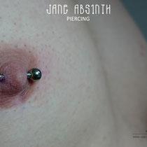 Ein Paar von Brustwarzenpiercings gestochen Freihand (ohne Klemme) mit den Titanstecker mit Innengewinde. Stärke: 2mm. Jane Absinth Piercing Düsseldorf