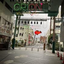 早朝のオリオン通り キブナの色が赤や緑に変わります。名取温子会員