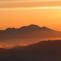 常念乗越から 浅間山の夜明け