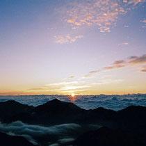 穂高岳山荘から。常念岳の向こうの         広大な雲海から昇ってくる眩しくも感動的なご来光。