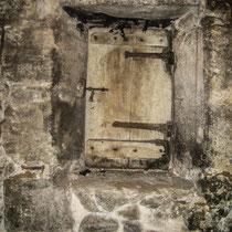 Petite fenêtre du chai d'élevage. Château Roquebrune, Cénac, 2 octobre 2007