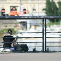 """""""Jeune fille hors champ, hors du garde-corps"""", 1 quai du Maréchal Lyautey, Bordeaux. Reproduction interdite - Tous droits réservés © Christian Coulais"""