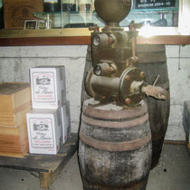 Ancienne pompe du chai. Château Roquebrune, Cénac, 2 octobre 2007