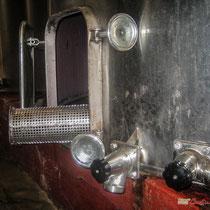 Porte  et cuve inox pour les fermentations. Château Roquebrune, Cénac, 2 octobre 2007