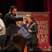 Benoît Hamon salut telle ou telle connaissance, ici ou là. Théâtre Fémina, Bordeaux #benoithamon2017