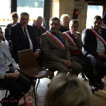 En présence du Conseil municipal de Le Pout. Remise de l'Ordre national du Mérite à Suzette Grel.