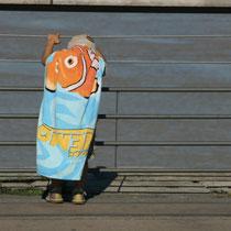 Enfant à la serviette face à la Garonne, au quai des Queyries, à la Bastide. Miroir d'eau, Bordeaux. Reproduction interdite - Tous droits réservés © Christian Coulais
