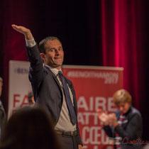 2 Benoît Hamon salue le public à la fin de son intervention, main levée. Théâtre Fémina, Bordeaux #benoithamon2017