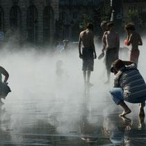 L'effet brouillard du miroir d'eau s'estompe, mais le photographe est toujours à l'œuvre. Bordeaux. Reproduction interdite - Tous droits réservés © Christian Coulais