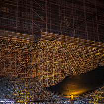 Extérieur nuit, sous la pluie, quais d'arrêt du TGV, en direction du Nord, verrière métallique en cours de rénovation, Gare Saint-Jean, Bordeaux