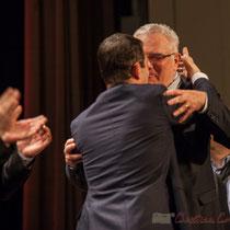 Longue, très longue accolade et échange de propos entre Jean-Marie Darmian et Benoît Hamon. Théâtre Fémina, Bordeaux #benoithamon2017