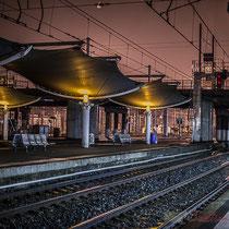 Extérieur nuit, sous la pluie, quais d'arrêt du TGV, en direction du Sud, Gare Saint-Jean, Bordeaux