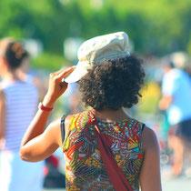 """Femme à la casquette. """" espejo de agua, el sol y el calor"""". Miroir d'eau, Bordeaux. Reproduction interdite - Tous droits réservés © Christian Coulais"""