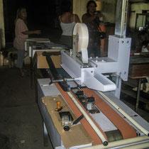 Machine à coller le ruban adhésif sur les 2 faces du carton à bouteilles. Château Roquebrune, Cénac, 2 octobre 2007