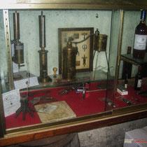 Ancien matériel de mesure, ébuillomètre Dujardin-Salleron pour le degrés alcoolique. Château Roquebrune, Cénac, 2 octobre 2007