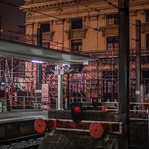Extérieur nuit, sous la pluie, buttoirs de fin de voie ferrée, Gare Saint-Jean, Bordeaux