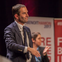 2 Benoît Hamon salue le public à la fin de son intervention. Théâtre Fémina, Bordeaux #benoithamon2017