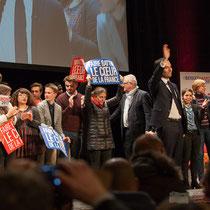 5 En présence des Jeunes Socialites, Benoît Hamon salue le public et savoure ce moment unique. Théâtre Fémina, Bordeaux #benoithamon2017