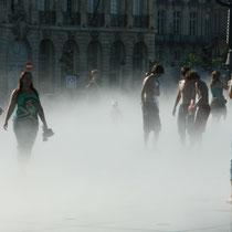 L'effet brouillard, pour ce couple, miroir d'eau de Bordeaux 2. Reproduction interdite - Tous droits réservés © Christian Coulais