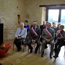 Françoise Cartron, Vice-présidente du Sénat et le Conseil municipal de Le Pout. Remise de l'Ordre national du Mérite à Suzette Grel. Le Pout. 7 février 2015