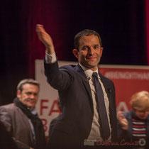 3 Benoît Hamon salue le public à la fin de son intervention, main levée. Théâtre Fémina, Bordeaux #benoithamon2017