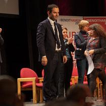 Benoît Hamon savoure ces instants mémorables dans la vie d'un homme politique. Théâtre Fémina, Bordeaux #benoithamon2017