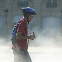 L'effet brouillard, pour ce cycliste vidéaste, miroir d'eau de Bordeaux. Reproduction interdite - Tous droits réservés © Christian Coulais