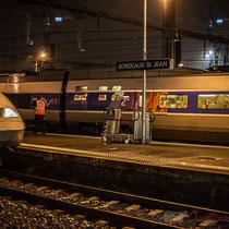 Extérieur du hall, la nuit. Passage d'un TGV, sans arrêt à la Gare Saint-Jean, Bordeaux. Locomotive de tête