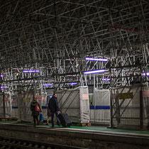 Intérieur nuit, quais d'arrêt du TGV. Couple aux valises, Gare Saint-Jean, Bordeaux