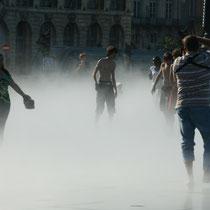 L'effet brouillard, pour ce couple, miroir d'eau de Bordeaux 1. Reproduction interdite - Tous droits réservés © Christian Coulais