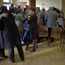 Un public nombreux et socialement varié dans la Salle des fêtes de Le Pout, Gironde