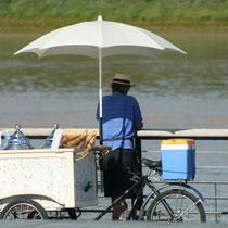 Pose du marchand de glaces, miroir d'eau, Bordeaux. Reproduction interdite - Tous droits réservés © Christian Coulais